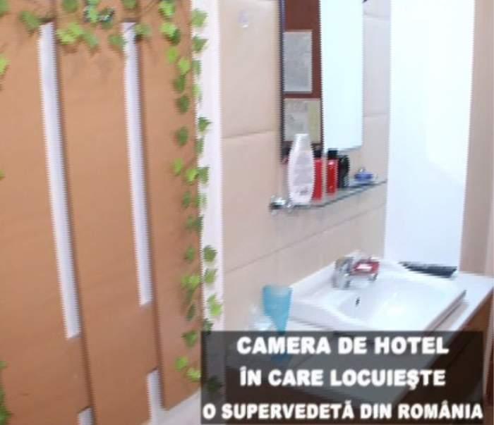 Mănâncă acolo unde doarme şi se spală! O supervedetă din România trăieşte într-o cameră de hotel