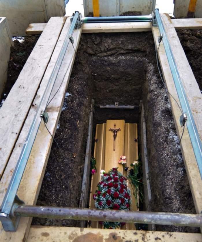 Caz sinistru în judeţul Vâlcea! Sicriul în care ar fi fost înmormântată o fată în urmă cu 21 de ani, găsit gol! Ce spune familia?
