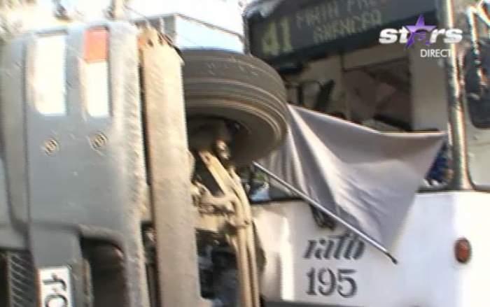VIDEO / Accident grav în Capitală! Un camion a fost răsturnat de tramvaiul 41