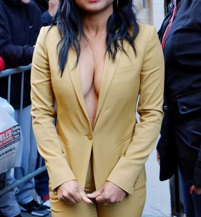 FOTO / Decolteul ei e năucitor! Cine este cântăreaţa care se poate lăuda cu sâni perfecţi