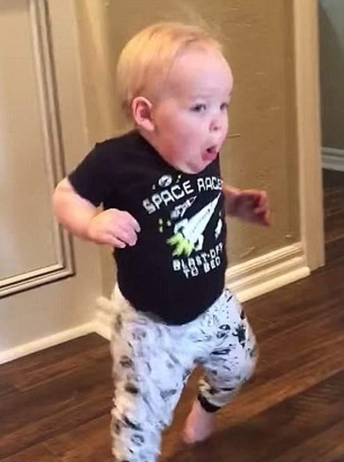 VIDEO / Momentul amuzant în care un copil de nici doi ani o ia la fugă, după ce bunicul lui a ţipat