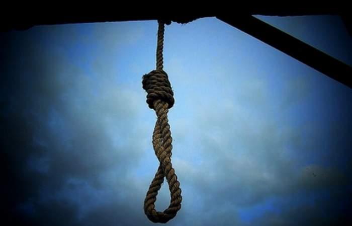 Criminalul care şi-a ucis soţia cu o baioneta a fost găsit spânzurat!