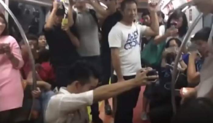 VIDEO / L-a cerut în căsătorie în timpul unei călătorii cu metroul! Reacţiile au fost surprinzătoare