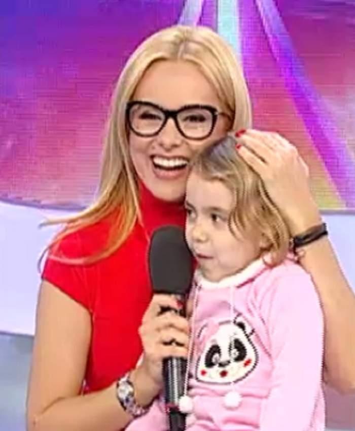 VIDEO / Ce bine-i şade în postura de mămică! Simona Gherghe, cucerită de o fetiţă
