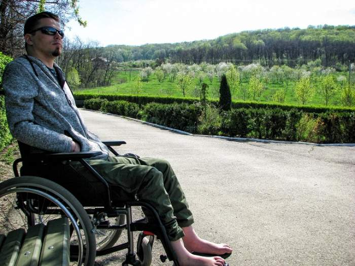 El face imposibilul posibil! Povestea emoţionantă a unui tânăr paralizat care oferă o lecţie de viaţă oricui!