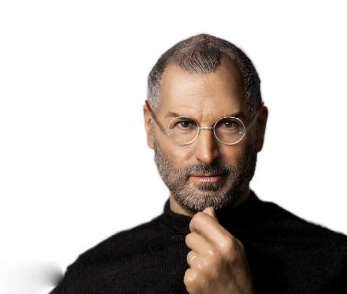 Astăzi se împlinesc 4 ani de la moartea lui Steve Jobs, copilul nedorit, dat spre adopţie, care a revoluţionat tehnologia. Povestea geniului căruia viaţa părea că nu-i dă vreo şansă
