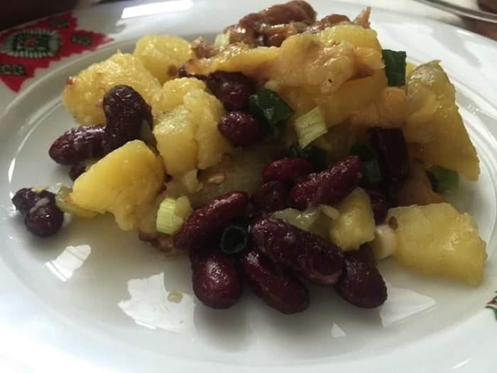 REŢETA ZILEI: MIERCURI - Delicios şi bună pe fugă! Salată de cartofi, ardei copţi şi fasole