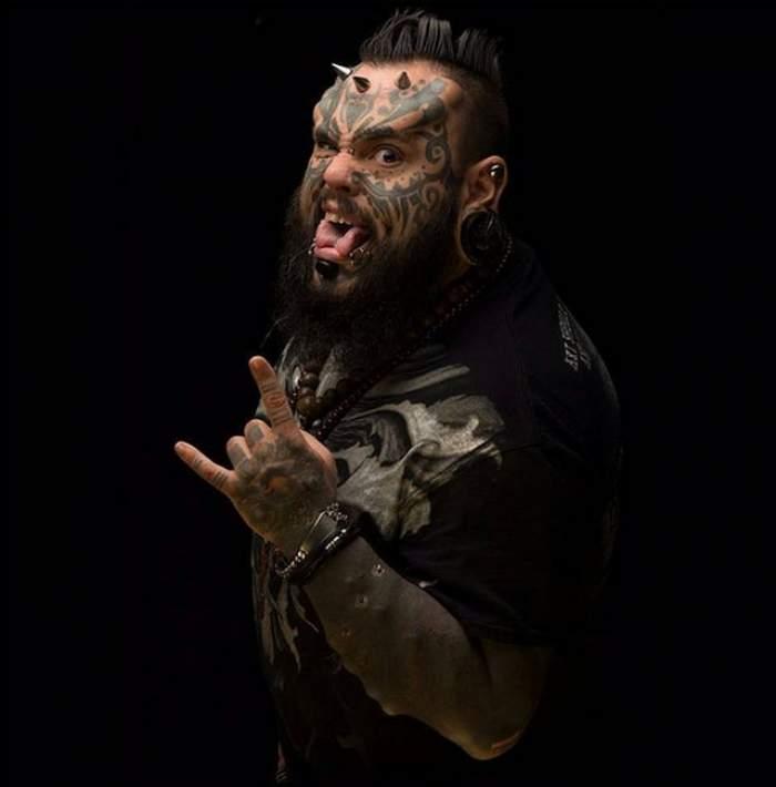 """""""Diavolul pe pâmant"""" nu este chiar aşa de rău! Cu arată o zi obişnuită din viaţa lui Emilio Gonzales, cel mai controversat om tatuat din lume!"""
