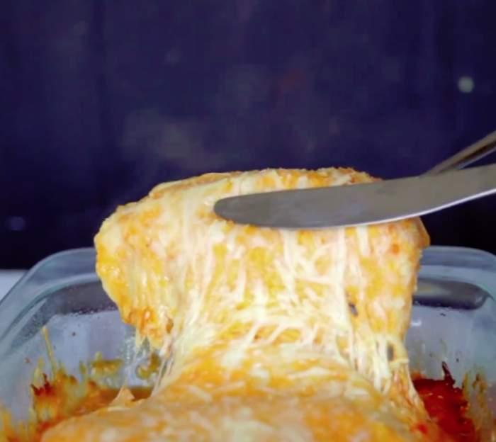 VIDEO / REŢETA ZILEI: VINERI - Trei ingrediente, masă delicioasă! Piept de pui Buffalo