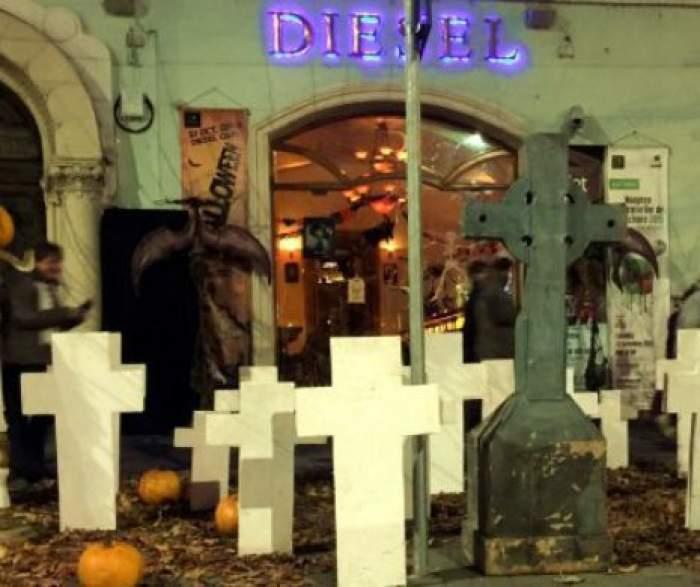 Un patron din Cluj-Napoca a transformat trotuarul din faţa clubului pe care îl conduce într-un adevărat cimitir, în memoria victimelor din clubul Colectiv!