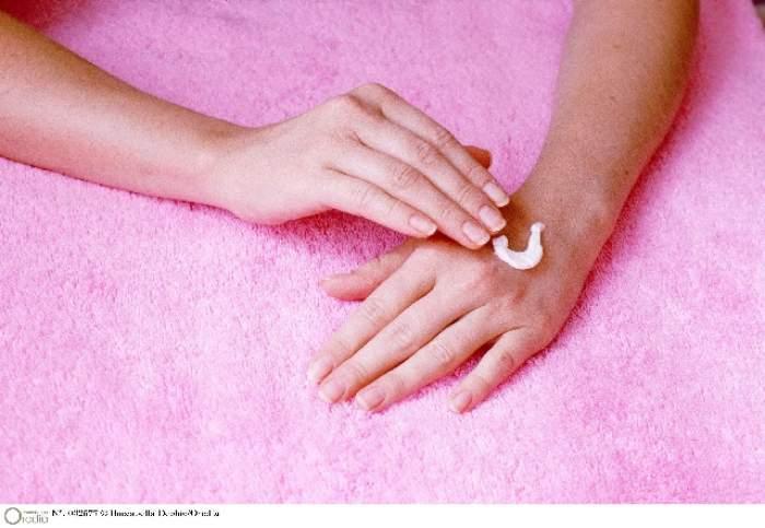 ÎNTREBAREA ZILEI-DUMINICĂ: Cum îți albești imediat unghiile, cu doar trei ingrediente pe care le ai în casă!