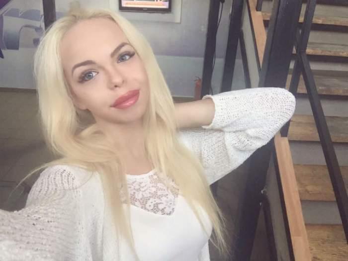 Se laudă că are voce, dar s-a făcut din nou de râs! Barbie de România a cântat live! Mai bine îţi acoperi urechile
