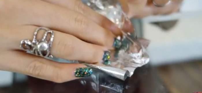VIDEO / Şi-a pus folie de aluminiu pe unghii, iar rezultatul a devenit viral! E, pur şi simplu, uimitor