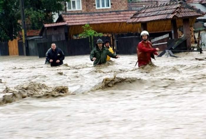 Ce dezastru au făcut inundaţiile în 12 judeţe! Peste 1.200 de pompieri, jandarmi şi militari ai Ministerului Apărării au fost mobilizaţi de urgenţă!