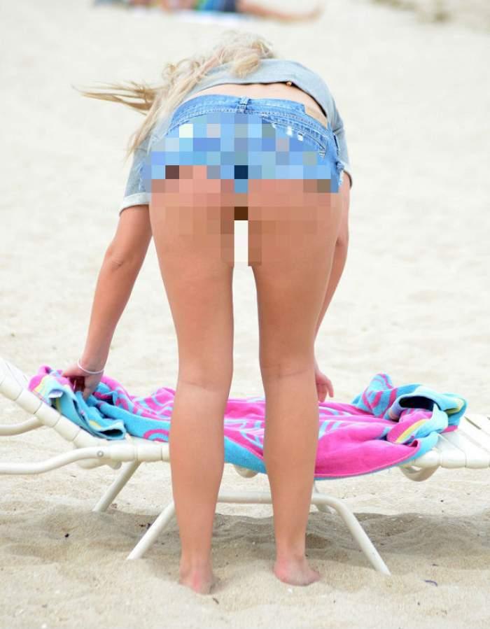 FOTO / Ups! A fost prinsă cu mâna unde nu trebuie pe plajă, în văzul tuturor