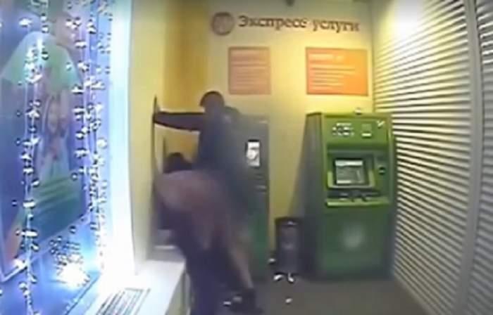 """VIDEO / S-au încins şi au dat frâu liber """"poftelor""""! Un cuplu a fost filmat în timp ce făcea sex în bancă"""