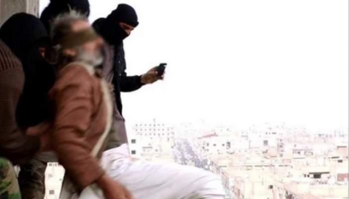 VIDEO / Imaginile ororii! Membrii ISIS au legat doi gay şi i-au aruncat de pe o clădire