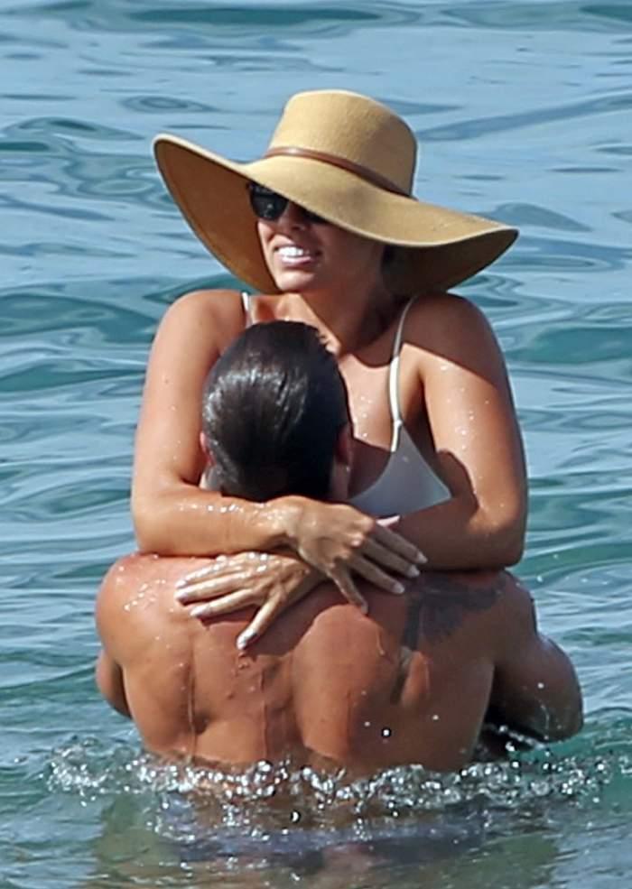 FOTO / Au uitat de lume şi au dat frâu liber pasiunii! Un fotomodel celebru şi iubitul ei s-au iubit cu foc în Ocean