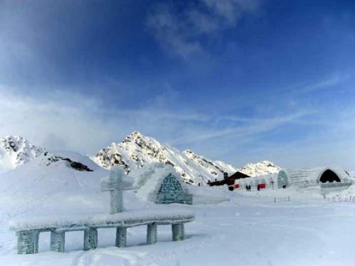 Imaginile pe care trebuie neapărat să le vezi! O mulţime de străini au venit să viziteze castelul de gheaţă de Crăciun