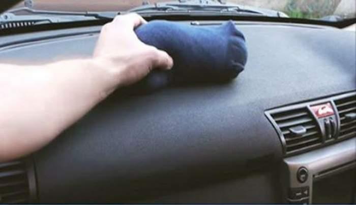 VIDEO / Toţi au râs când au văzut că pune o şosetă în maşină, dar când au observat ce se întâmplă au rămas fără cuvinte. Trucul folositor oricărui şofer