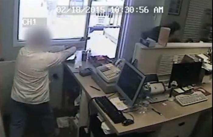 VIDEO/ Scene de groază într-o farmacie din America! Un bărbat înarmat i-a ameninţat pe angajaţi! Află cum s-a terminat jaful!