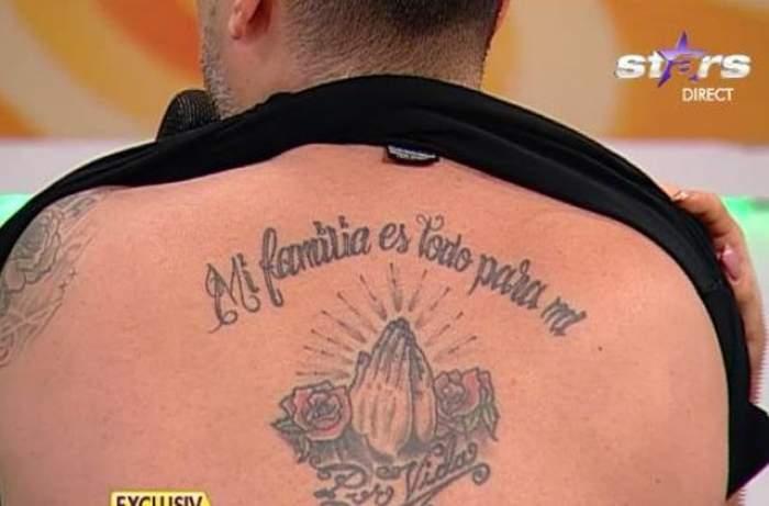FOTO & VIDEO /  Şi-a arătat tatuajele în direct! Un artist de la noi, fără secrete!