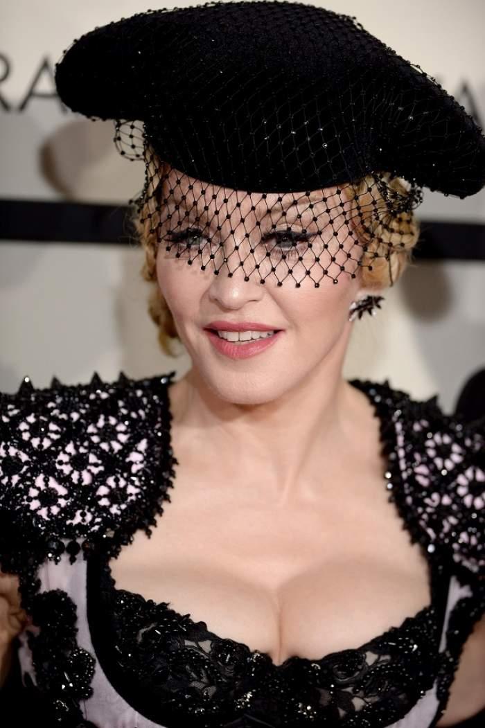 VIDEO / Madonna a comis-o! A căzut pe scenă, în timpul unui concert de anvergură