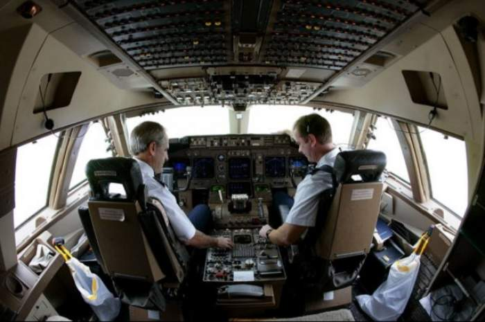 Perversiune sau simţ al umorului? Ce face un pilot atunci când se plictiseşte la bordul avionului?