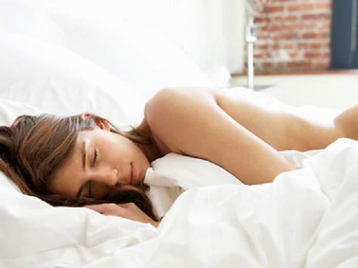 ÎNTREBAREA ZILEI - SÂMBĂTĂ: De ce este bine să dormi dezbrăcat?