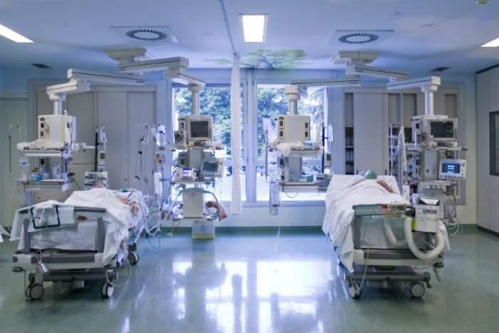 Este anchetă la spitalul din Zărneşti! Un bebeluş e în stare gravă, după ce a căzut de pe masa de naştere