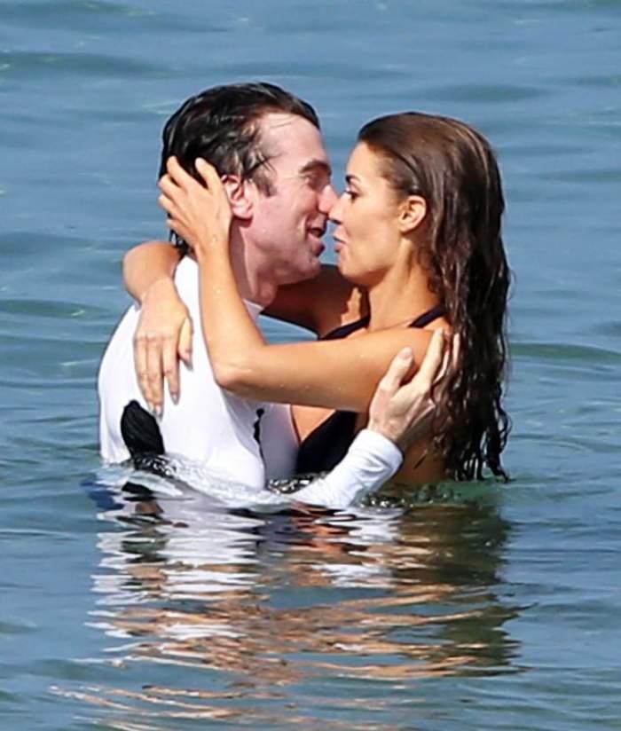 FOTO / Au uitat că nu sunt singuri şi s-au iubit cu patimă, în mare! Imagini incendiare cu Tanit Phoenix şi Sharlto Copley