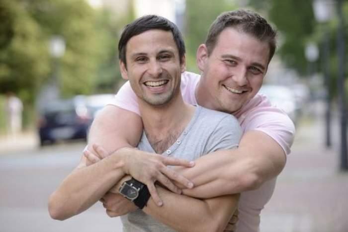 """Proiect de lege şocantă: """"Homosexualii şi lesbienele pot fi împuşcaţi în cap"""""""