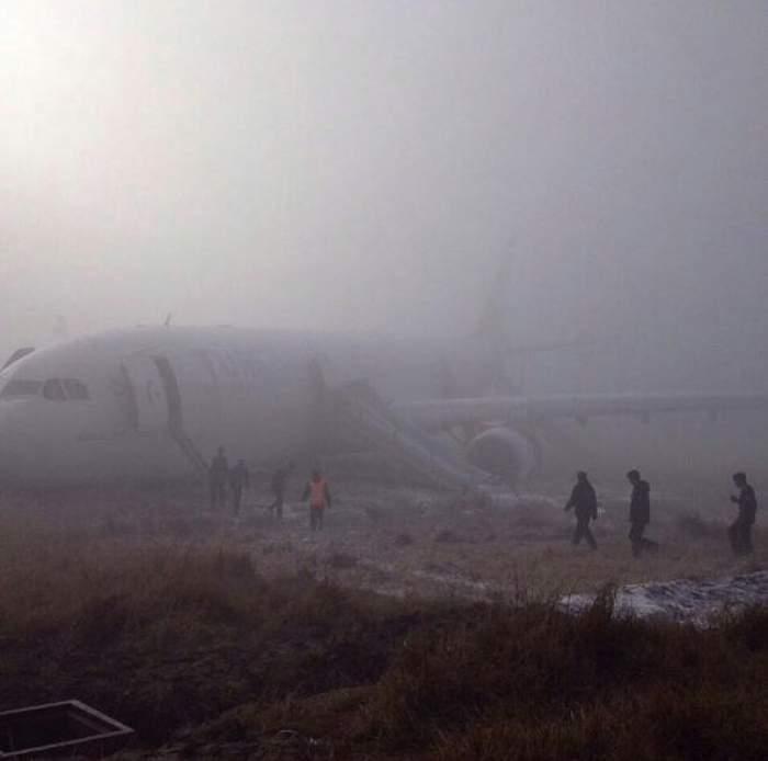 FOTO /  La un pas de tragedie! Un avion cu 238 de pasageri a ratat aterizarea şi s-a oprit pe un câmp!