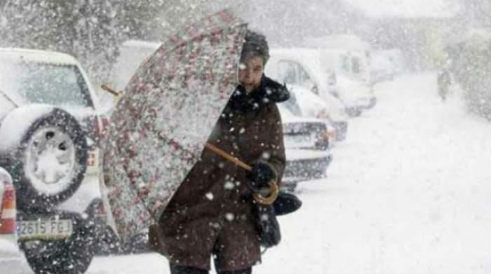 De astăzi se întorc ploile şi ninsorile! Nu renunţaţi la hainele groase!
