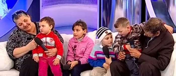 """VIDEO / Patru copii sunt crescuţi de bunici, după ce mama lor i-a abandonat! Statul vrea să îi ia: """"Dacă pierd unul, mor!"""""""