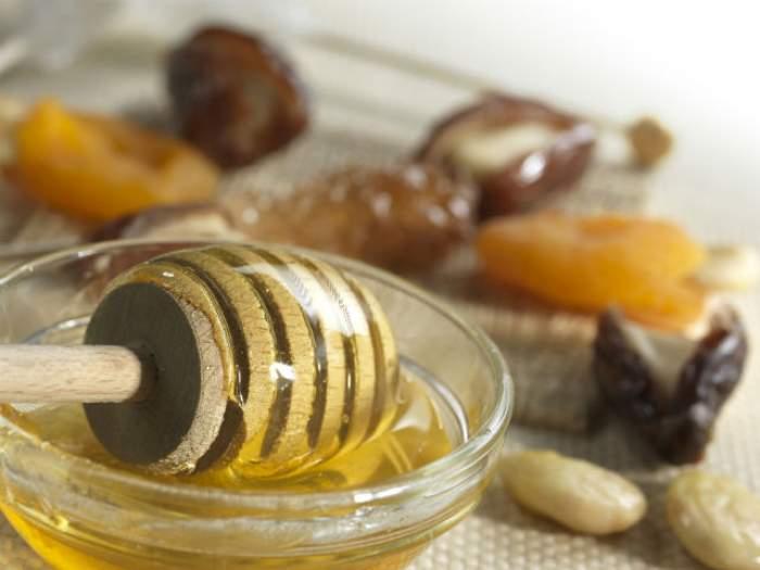 Amestecă mierea cu puţină scorţişoară! Vei obţine un remediu de senzaţie pentru multe boli