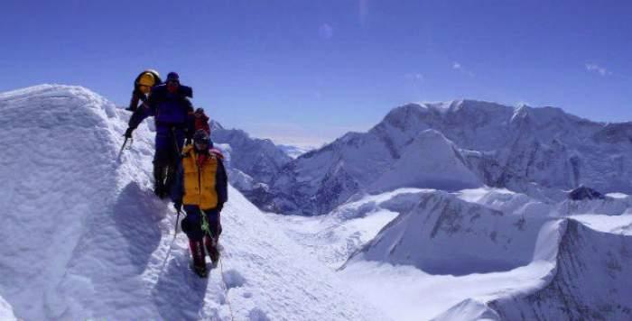 """Clipe de teroare! Unii dintre alpiniştii de pe Everest, unde a avut loc o avalanşă, sunt daţi dispăruţi, alţii sunt blocaţi: """"Rugaţi-vă pentru toată lumea!"""""""