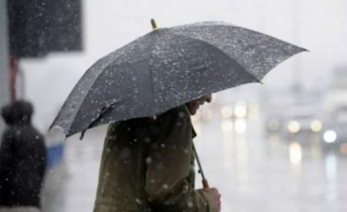 Vremea se răceşte şi încep ploile! Nu vă uitaţi umbrelele acasă!