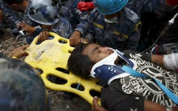 VIDEO / Miracol! Un tânăr de 15 ani a fost salvat după ce a fost captiv 5 zile sub dărâmăturile din Nepal
