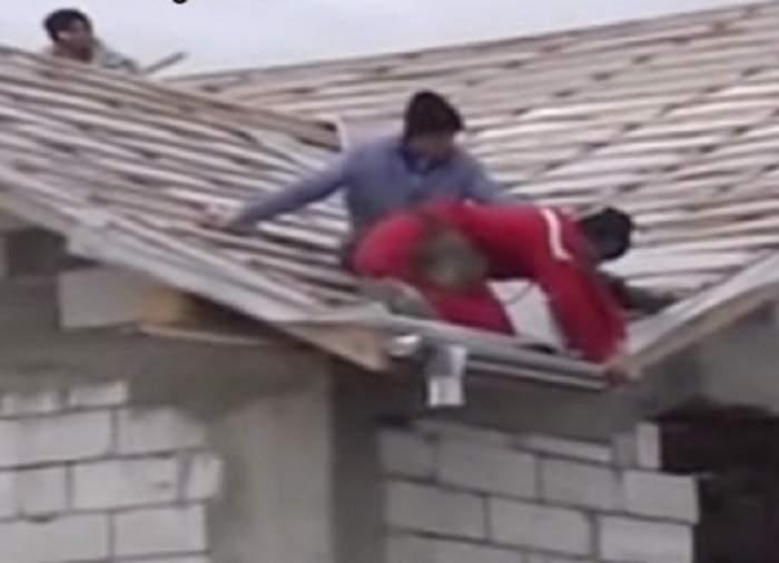 VIDEO / Inconştienţă dusă la extrem! Doi muncitori şi-au riscat viaţa cu nonşalanţă