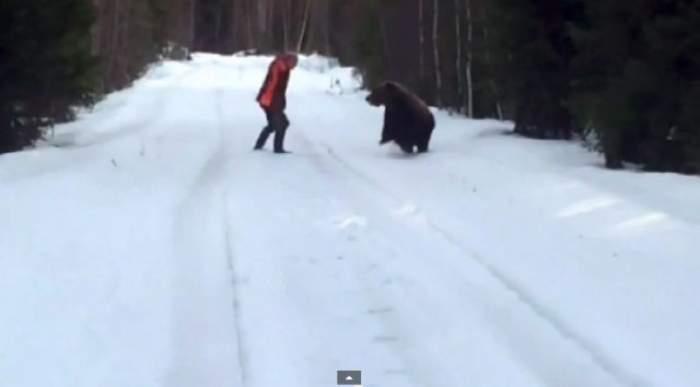 VIDEO / Râzi de te prăpădeşti! Reacţia incredibilă a unui bărbat care a fost atacat de urs