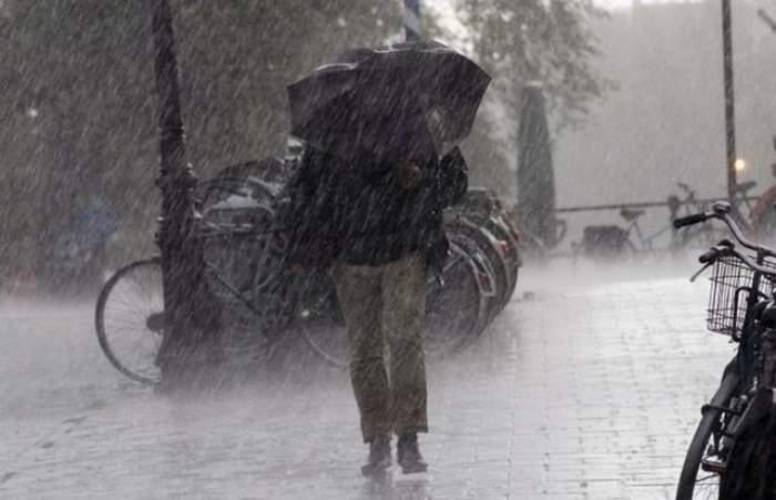 Ploile TORENŢIALE fac prăpăd în România. Meteorologii avertizează că urmează VREME rea. Vezi până când