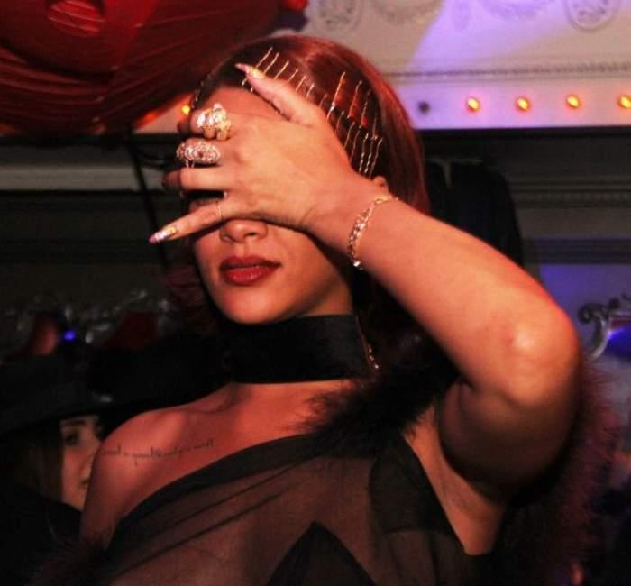 FOTO / Vai, Rihanna, ce ruşine! Ce a păţit sexy-vedeta în public!