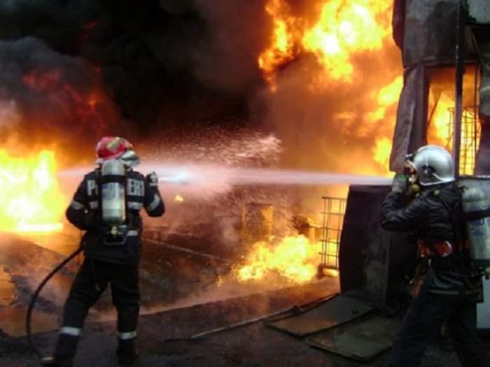 Incendiu de proporţii în Argeş! Casa unui bătrân s-a făcut scrum