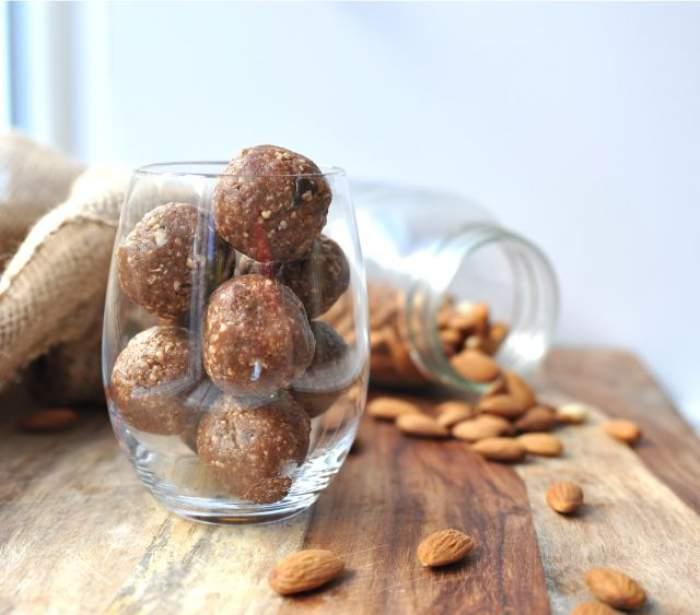 REŢETA ZILEI - VINERI: Biluţe cu seminţe şi scorţişoară - delicioase, sănătoase, rapide