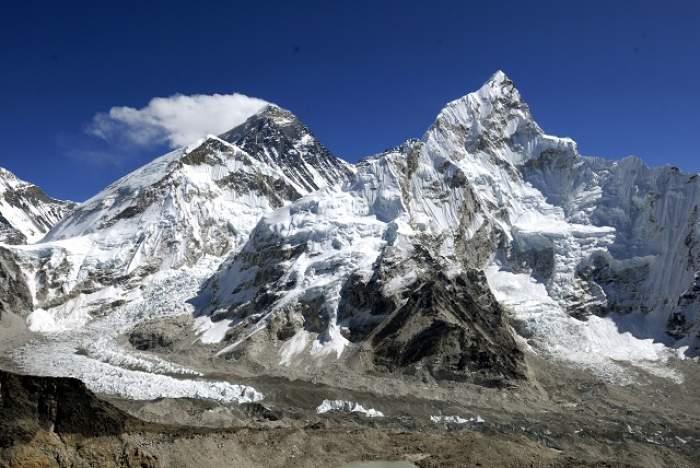 Uluitor! Muntele Everest a fost mutat!