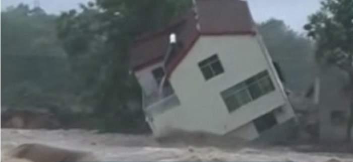 Imagini apocaliptice! Zeci de case au fost înghiţite de ape, în urma ploilor torenţiale