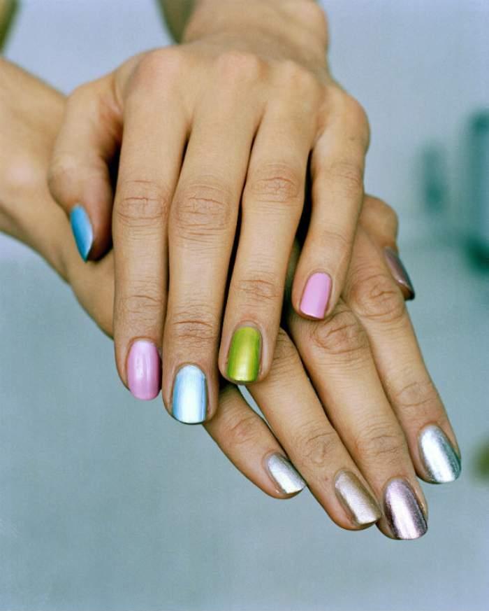 Top 4 trucuri prin care oja rezistă mai mult timp pe unghii