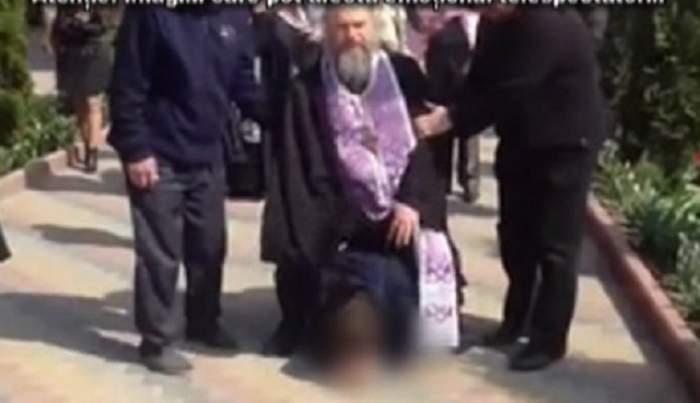 Imagini cutremurătoare! Ritual de exorcizare, în public! Un bărbat este călcat în picioare de un preot