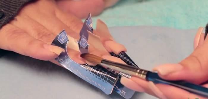 Ţi se rup unghiile repede? Învaţă cum să îţi faci singură o manichiură cu acryl, care rezistă 6 săptămâni